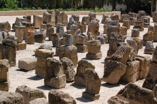 Kartago. Brønegravplad med ruin af et tempel til Ba'al Hammon.