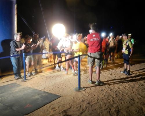 Et par løbere bliver sendt af sted.