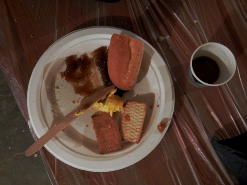 Morgenmad; lyst brød, marmelade og kaffe.
