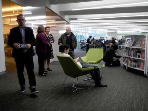 Whitehall: Rum på biblioteket med plads til mennesker og aktiviteter.