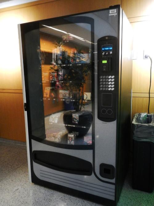 Biblioteksautomat med batterier, kuglepenne, notesbøger og andre fornødenheder til biblioteksbrugerne.