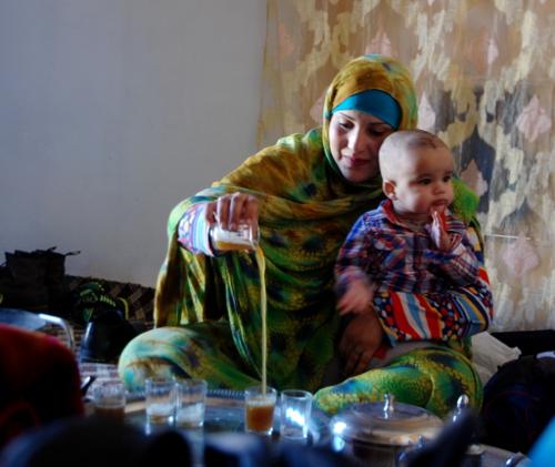 Hos familien, som gav husly til Sahara Marathon-løberne, blev der ofte budt på te. Teen laves over ild eller glødende kul. Det forventes at man altid drikke tre kopper te - eller flere. Teen iltes mange gange og tilsættes sukker kort inden den drikkes.
