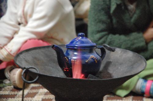 Der går let halvanden time fra forberedelser til det første glas te starter og til det sidste glas er drukket.