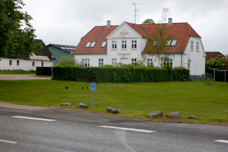 Stuehuset med græs foran