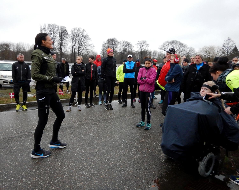 Løbere der står og lytter til en løber