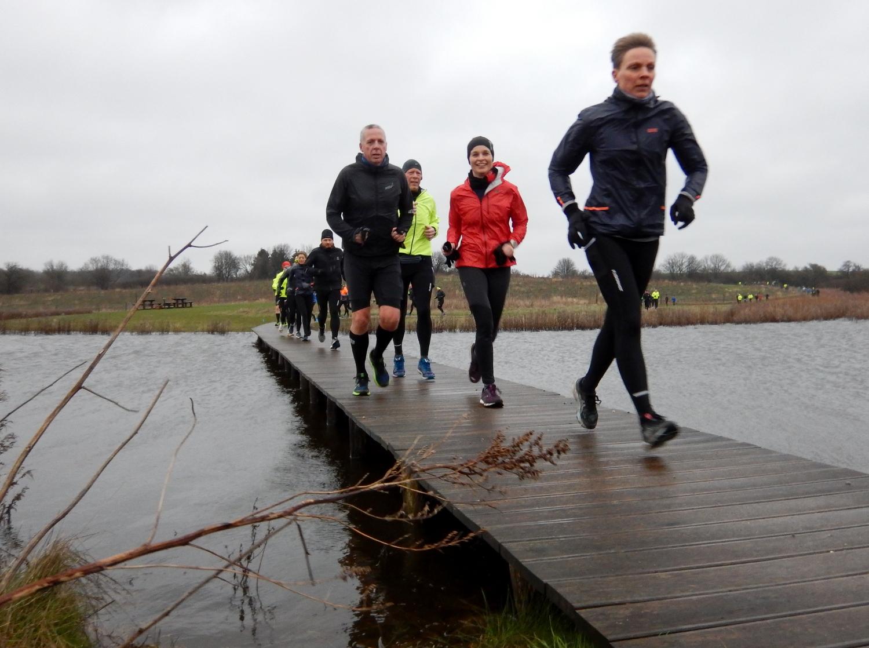 Løbere på smal træbro