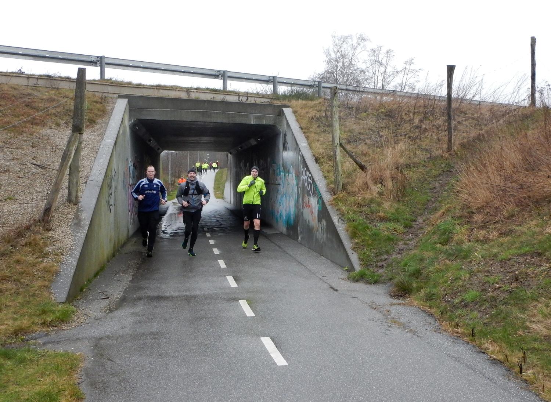 3 løbere på cykelsti