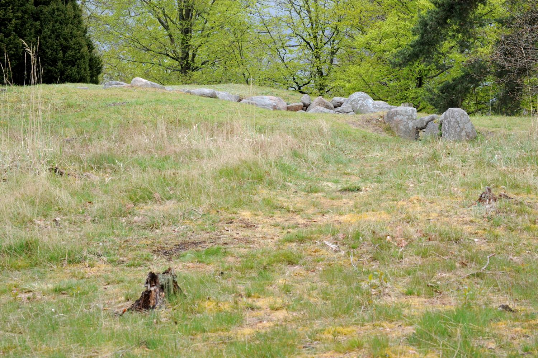 Gravhøj med blotlagt gravkammer