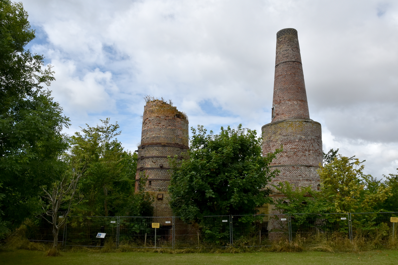 To skårstene af mursten, hvoraf den ene er brækket på midten.
