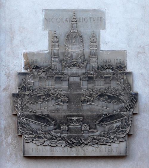 Mindetavle med relief af Amalienborg og Frederiks Kirke