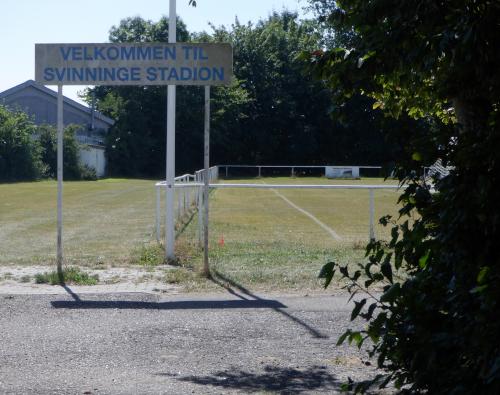 """Skilt med teksten """"Velkommen til Svinninge Stadion"""""""
