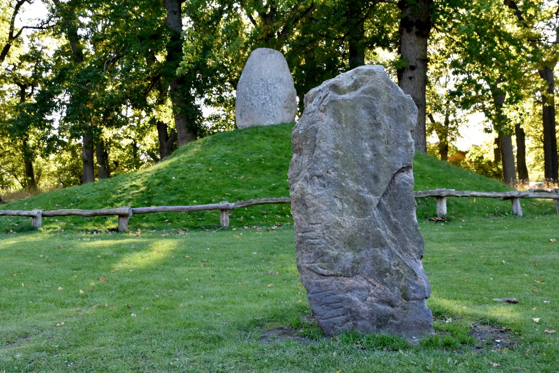 Runesten foran gravhøj.