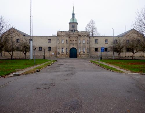 Hovedindgang til fængslet med tårn i baggrunden
