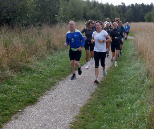 Betina fører an i et felt af løbere
