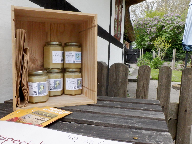 Kasse med honninglas på et bord