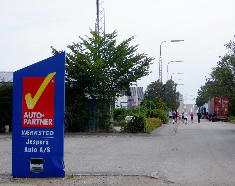 Løbere i industriområde