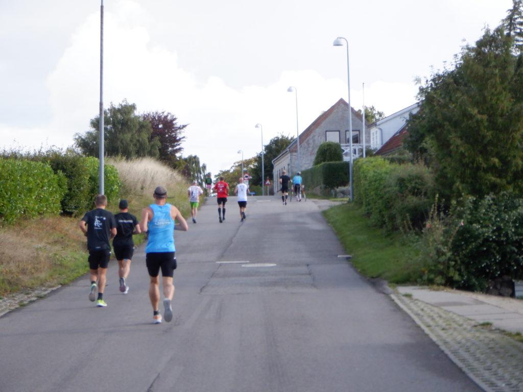 Løbere på mindre asfaltvej.