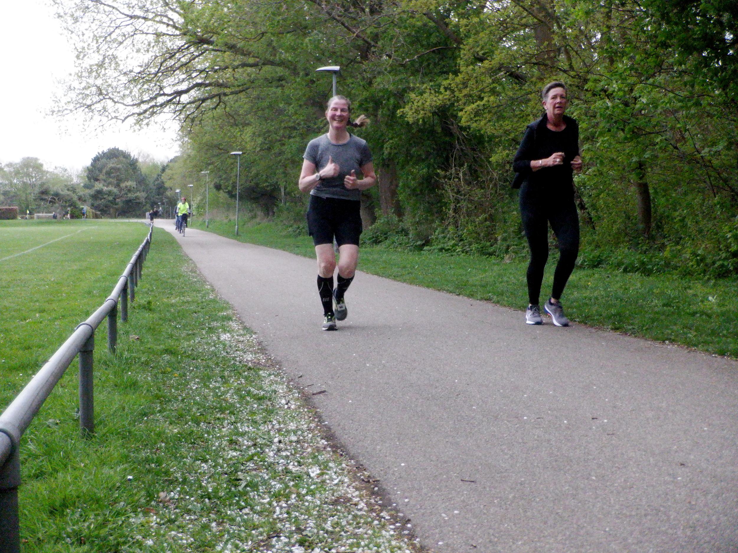 Et par løbere på asfaltsti