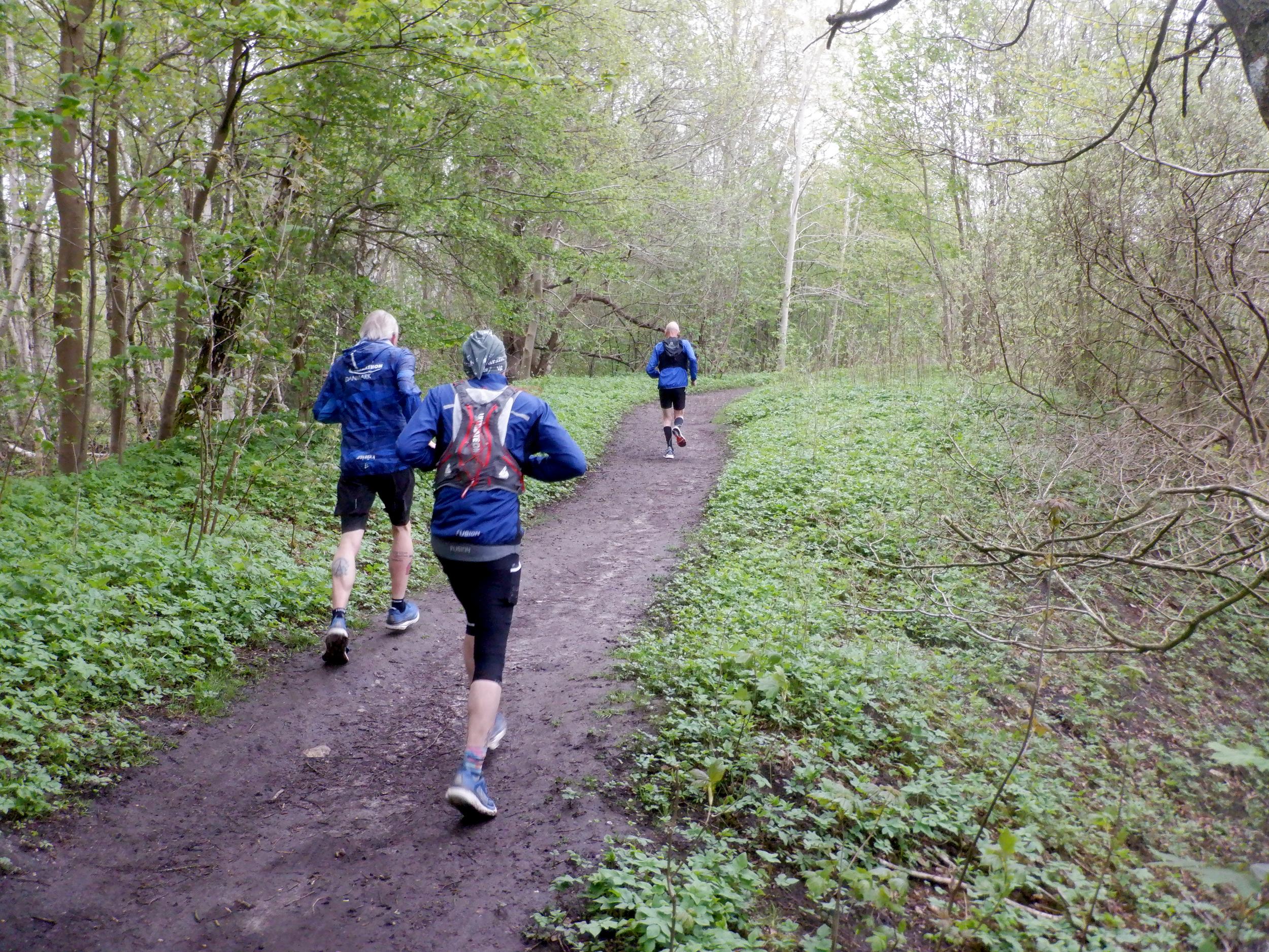 Tre løbere i blåt