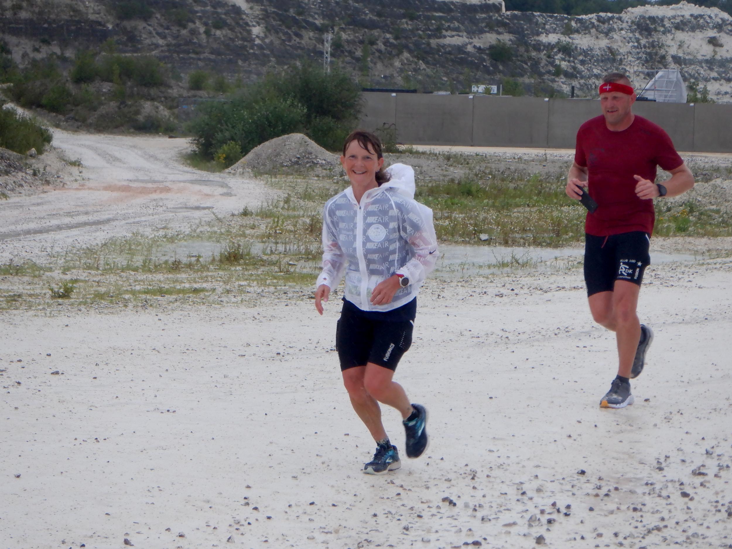 Et par løbere i Faxe Kalkbrud.